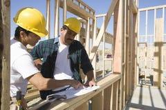 Архитекторы обсуждая на строительной площадке Стоковое Изображение RF