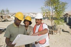 Архитекторы обсуждая на строительной площадке Стоковые Фото