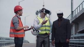 Архитекторы обсуждая проект в шлемофоне виртуальной реальности Стоковые Изображения RF