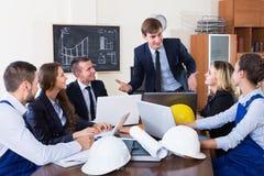 Архитекторы обсуждая проект на офисе Стоковое Изображение RF