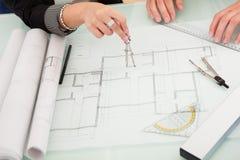 Архитекторы обсуждая светокопии Стоковая Фотография RF