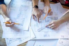 Архитекторы обсуждая светокопии Стоковые Фотографии RF