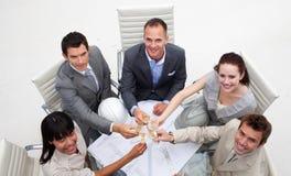 архитекторы празднуя успех офиса стоковое фото