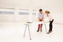 Архитекторы планируя план пустых размеров офиса Стоковое Изображение