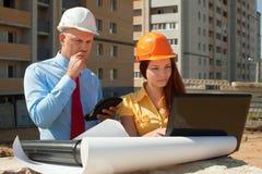 Архитекторы работают перед строительной площадкой Стоковые Изображения