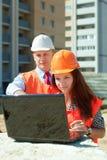 Архитекторы работают перед строительной площадкой Стоковая Фотография