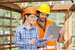Архитекторы работая на компьтер-книжке на строительной площадке Стоковая Фотография RF