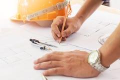 Архитекторы работая с светокопиями в офисе Стоковое Изображение