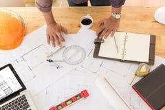 Архитекторы работая с светокопиями в офисе Стоковые Изображения RF