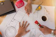 Архитекторы работая с светокопиями в офисе Стоковые Изображения
