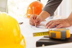 Архитекторы работая с светокопиями в офисе Стоковое Фото