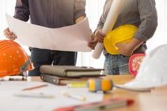 Архитекторы работая с светокопиями в офисе Стоковая Фотография RF