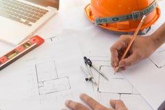 Архитекторы работая с светокопиями в офисе Стоковые Фотографии RF