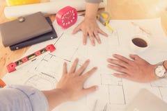 Архитекторы работая с светокопиями в офисе Стоковые Фото