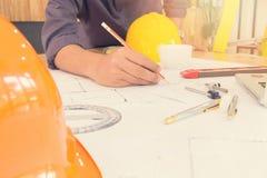 Архитекторы работая с светокопиями в офисе Стоковая Фотография