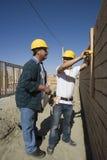 Архитекторы рассматривая кирпичную стену Стоковая Фотография