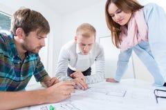 Архитекторы рисуют дизайн в офисе Стоковая Фотография RF