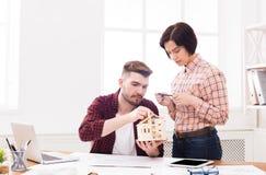 Архитекторы создавая модель дома в офисе Стоковая Фотография RF