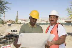 Архитекторы с светокопией на строительной площадке Стоковые Фото