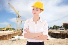 Архитектор бизнес-леди в желтом шлеме построителя Стоковое Фото