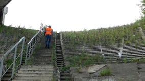 Архитектор взбирается лестницы для того чтобы определить состояние моста и конструкции, контролера видеоматериал
