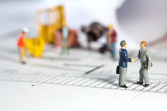 архитектор вручает трястить свойства предпринимателя Стоковое Изображение RF