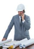 Архитектор говоря на телефоне звонка на месте работы Стоковое фото RF