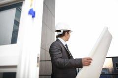 Архитектор держа светокопию смотря строительную площадку Стоковое Фото