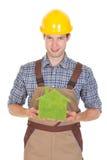 Архитектор держа зеленый экологический дом Стоковая Фотография RF