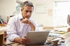 Архитектор делая модель в офисе используя таблетку цифров Стоковые Изображения RF