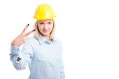Архитектор женщины показывая жест номер два Стоковые Фотографии RF