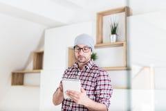 Архитектор или исполнительная власть используя прибор планшета на его офисе Концепция планирования проекта стоковое изображение