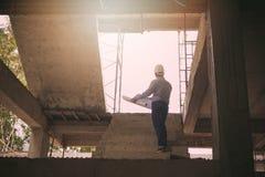 Архитектор инженера работая на строительной площадке Стоковая Фотография RF