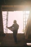 Архитектор инженера работая на строительной площадке Стоковая Фотография