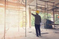 Архитектор инженера работая на строительной площадке Стоковое Изображение RF