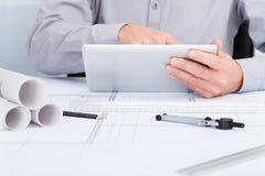 Архитектор используя цифровую таблетку Стоковые Фотографии RF
