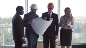 Архитектор и бизнесмены обсуждая проект сток-видео