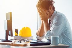 Архитектор и инженер по строительству и монтажу имея проблемы на работе Стоковые Изображения