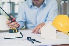 Архитектор или плановик работая на чертежах для конструкции Стоковая Фотография RF