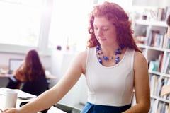 Архитектор молодой женщины в офисе Стоковое фото RF