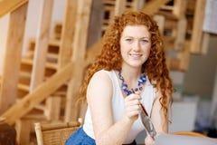 Архитектор молодой женщины в офисе Стоковое Фото