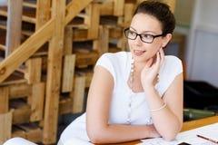 Архитектор молодой женщины в офисе Стоковое Изображение