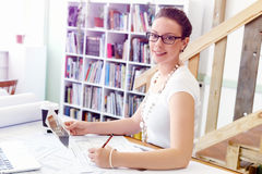 Архитектор молодой женщины в офисе Стоковые Изображения RF