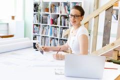 Архитектор молодой женщины в офисе Стоковая Фотография