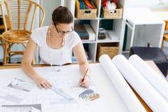 Архитектор молодой женщины в офисе Стоковые Фотографии RF