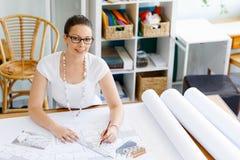 Архитектор молодой женщины в офисе Стоковые Изображения