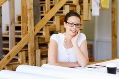 Архитектор молодой женщины в офисе Стоковая Фотография RF