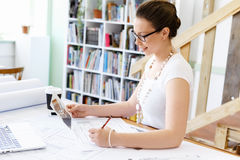 Архитектор молодой женщины в офисе Стоковое Изображение RF