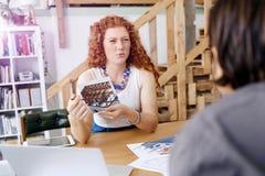 Архитектор молодой женщины в офисе Стоковые Фото