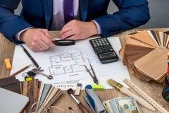 Архитектор начинает дом плана с инструментами деятельности Стоковые Изображения